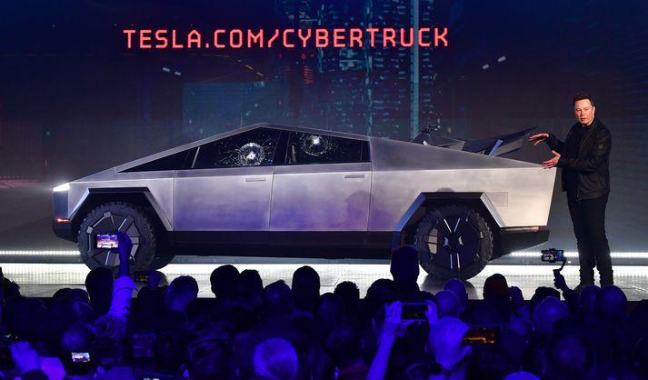 Elon Musk heldur áhyggjulaus áfram kynningu á Cybertruck pallbílnum eftir að óbrjótanlegar rúður brotnuðu tvisvar.