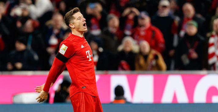 Robert Lewandowski fagnar sigurmarkinu gegn Paderborn. Hann reyndist hetja Bayern eins og stundum áður.