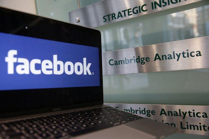 Facebook hefur einnig átt í vök að verjast eftir uppljóstranir um hvernig Cambridge Analytica gat notað persónuupplýsingar um tugi milljóna notenda.