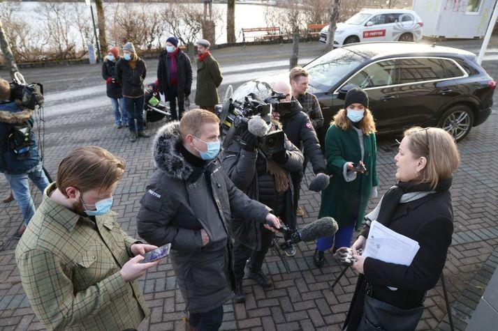 Svandís Svavarsdóttir ræðir við blaðamenn að loknum fundi ríkisstjórnarinnar í Ráðherrabústaðnum í morgun.
