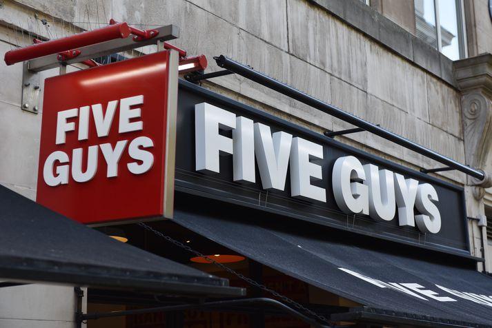 Fimm fóru á Five Guys en enduðu í fangaklefa.