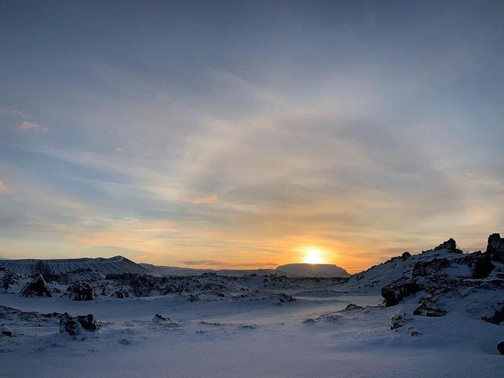 Sólin sleikti toppinn á Bláfjalli í Mývatnssveit í dag í tólf stiga frosti. Rosabaugur lét einnig sjá sig.