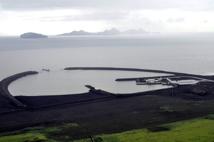 Landeyjahöfn hefur verið lokuð frá því um miðjan desember. Stefnt er að því að Herjólfur sigli þangað í fyrsta sinn á árinu á fimmtudag klukkan 7.