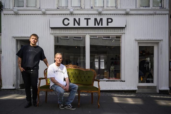 Hlynur James Hákonarson og Arnar Leó Ágústsson fyrir utan verslunina sína CNTMP.