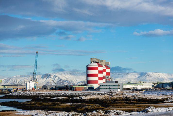 Álverið í Straumsvík er fjölmennur vinnustaður en þar starfa  um 500 manns.