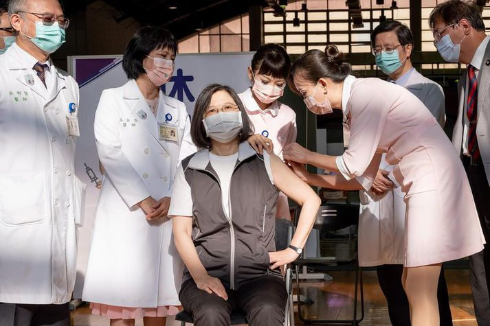 Tsai Ing-wen forseti fékk fyrsta skammt af innlenda bóluefni Medigen í dag.