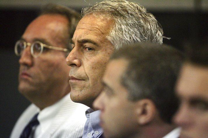 Lögmenn Epstein óskuðu eftir því að hann yrði settur í stofufangelsi, og fengi að fara heim í 77 milljón dollara stórhýsi sitt.