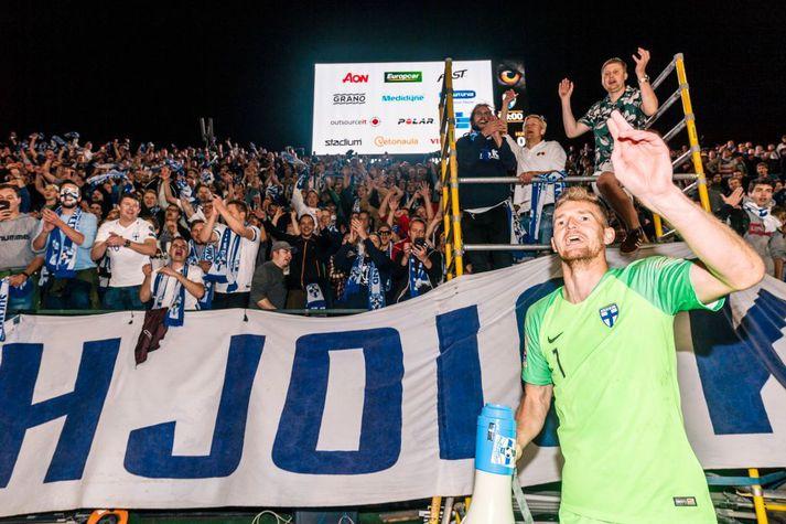 Lukas Hradecky fagnar með stuðningsmönnum eftir sigur gegn Ungverjalandi í Tampere árið 2018.