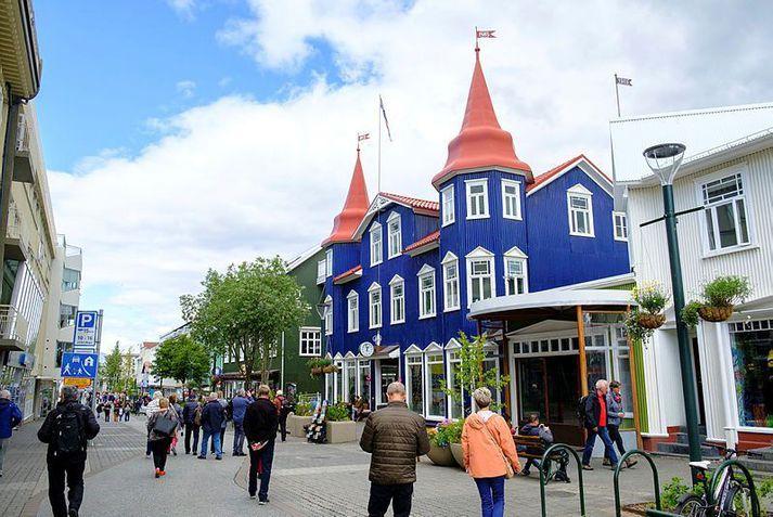 Þessi ljósmynd var tekin í byrjun sumars árið 2019 og er af Götubarnum og göngugötunni á Akureyri.