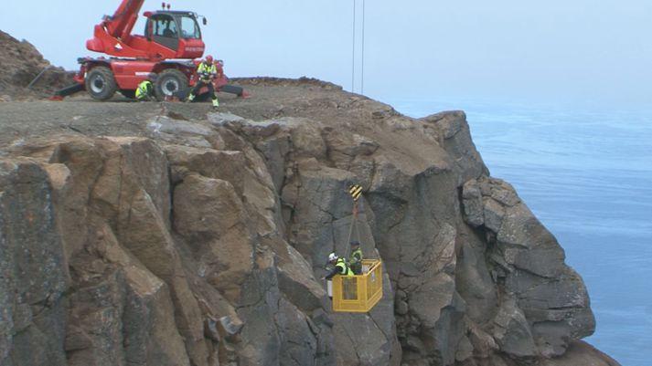 Það eru ekki lofthræddir menn sem vinna að undirbúningi uppsetningar útsýnispalls í 640 metra hæð á tindi Bolafjalls.