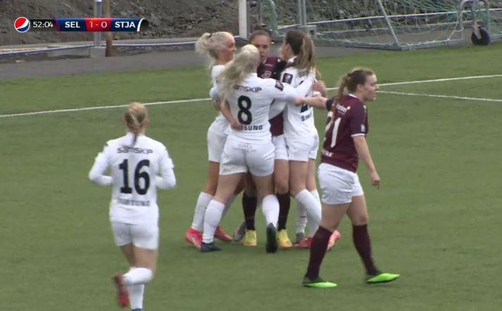 Emma Checker vissi ekki hvað á hana stóð veðrið þegar Stjörnukonur föðmuðu hana eftir að hafa jafnað í 1-1.