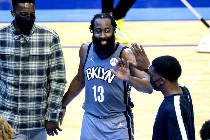 James Harden fór á kostum með Brooklyn Nets á móti Houston Rockets í nótt og var því kátur þegar hann var tekinn af velli í lokin.