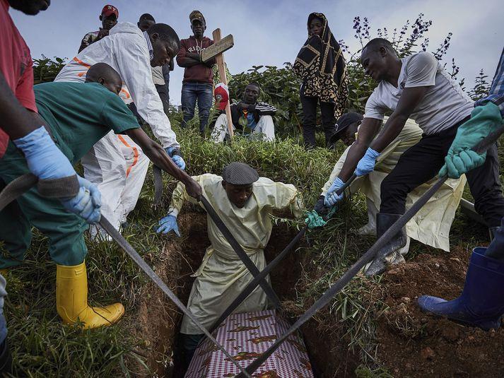 Fórnarlömb ebóluveirunnar grafin í Austur-Kongó.