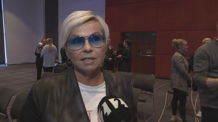 Helga Möller, söngkona og flugfreyja, hefur starfað hjá Icelandair í rúma fjóra áratugi.