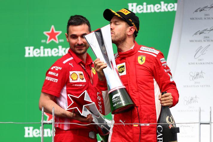 Vettel fagnar sigrinum.