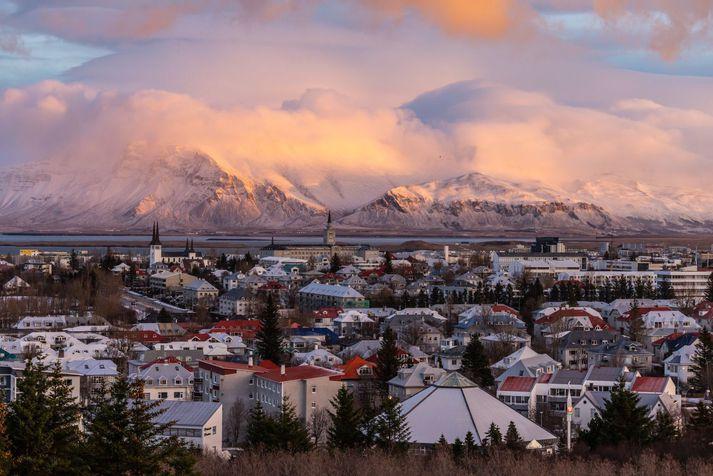 Landsmenn mega búast við fallegu og rólegu veðri á morgun, en áframhaldandi kulda.