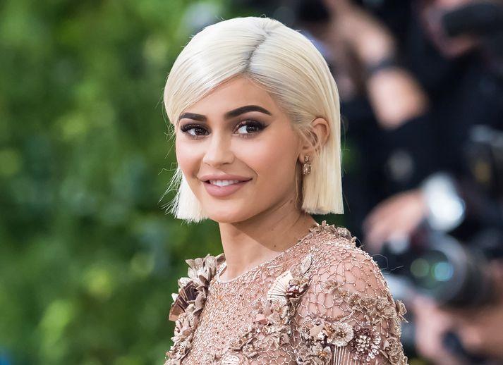 Kylie Jenner brosir breitt núna.