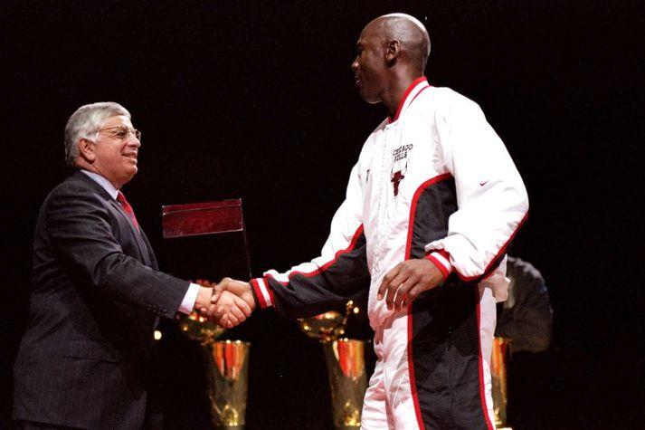 David Stern afhendir hér Michael Jordan einn af sex meistarahringum Air Highness.