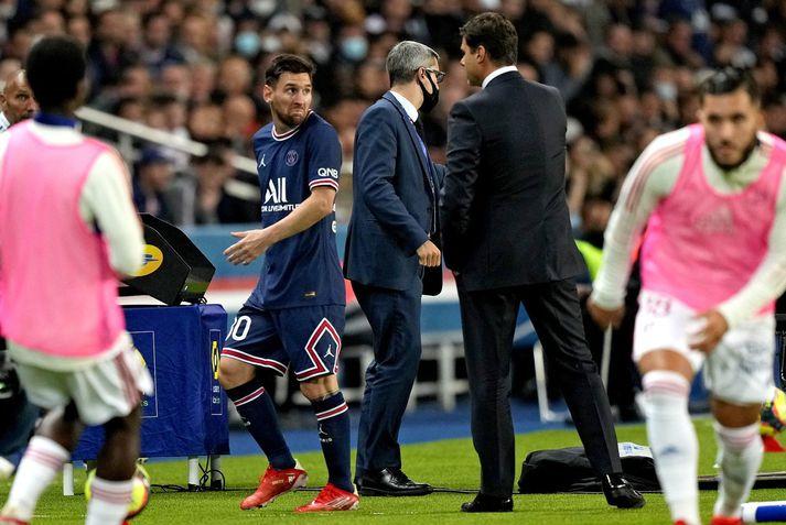 Lionel Messi horfir á knattspyrnustjórann Mauricio Pochettino eftir að hafa verið tekinn af velli í gær.