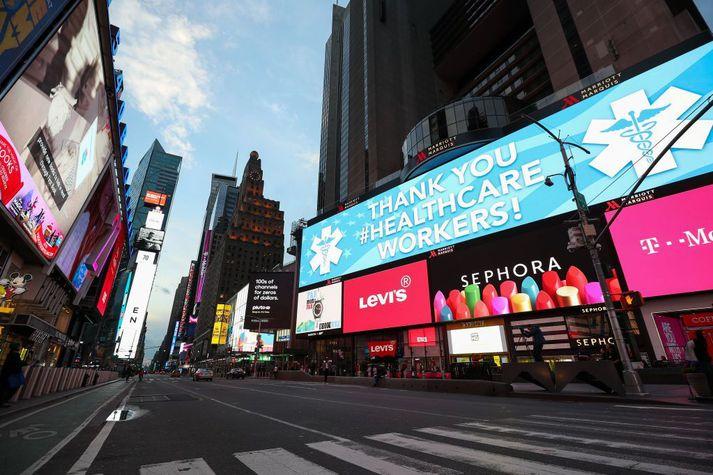 Frá Times Square í New York í gær, 20. mars. New York-ríki hefur farið verst út úr faraldri kórónuveiru af ríkjum Bandaríkjanna.