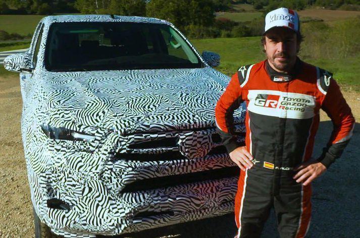Fernando Alonso og nýr uppfærður Toyota Hilux.