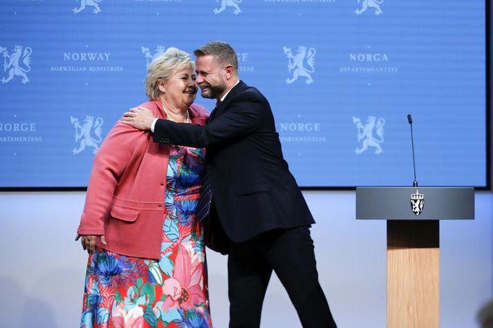 Erna Solberg og Bent Høie voru ánægð á fréttamannafundinum í morgun.