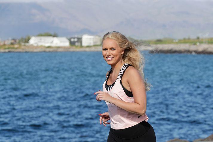 Andrea Sigurðardóttir ætlar að hlaupa 10 kílómetra í Reykjavíkurmaraþoninu fyrir vinkonu sína.