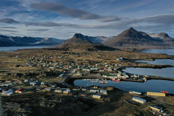 Séð yfir Djúpavog. Fjallið Búlandstindur til hægri.