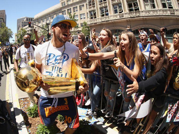 Steph Curry með NBA bikarinn.