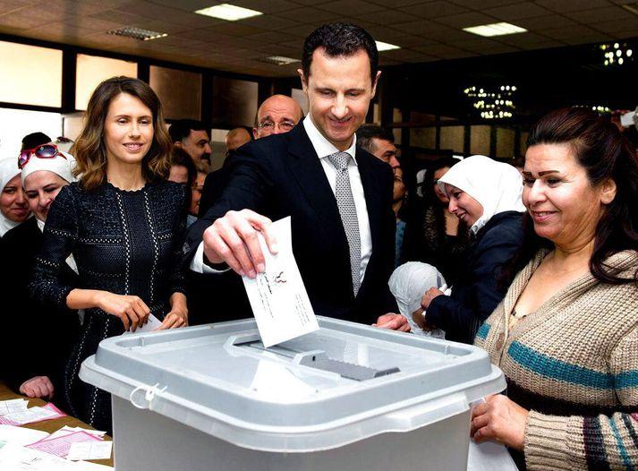 Sýrlensku forsetahjónin Asma (t.v.) og Bashar al-Assad (f.m.) árið 2016.