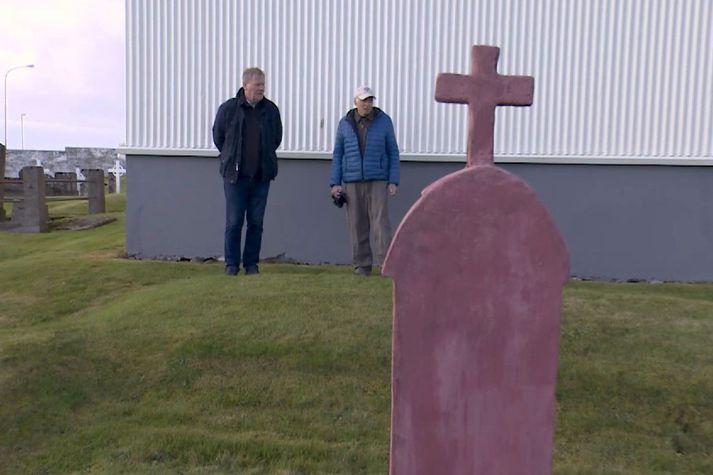 Hörður Gíslason sýnir fjöldagröfina, sem er við bakhlið Útskálakirkju í Garði. Hér hvíla 89 menn.