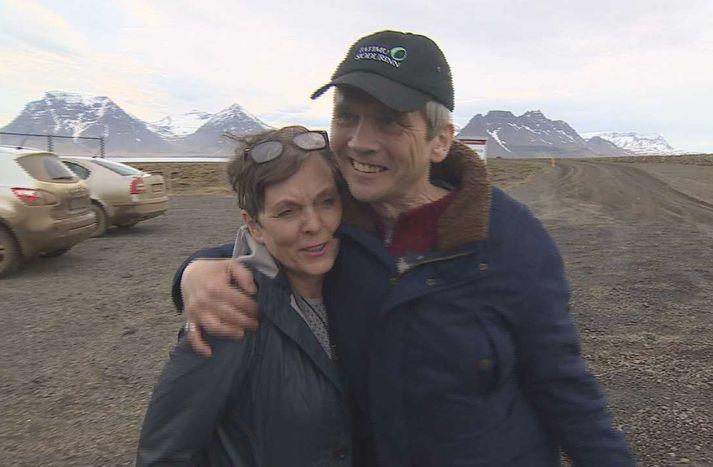 Eva Sigurbjörnsdóttir oddviti og Hrafn Jökulsson rithöfundur á flugvellinum á Gjögri  í dag.