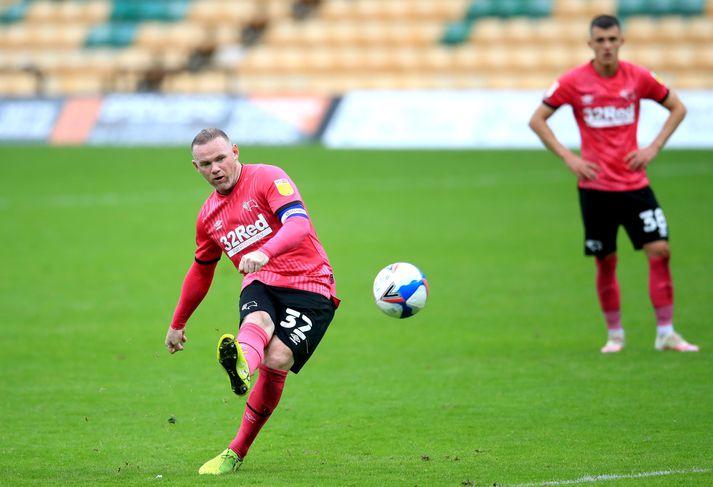 Wayne Rooney verður ekki með Derby í kvöld en hann er í sóttkví eftir að maður sem heimsótti hann greindist með kórónuveiruna.