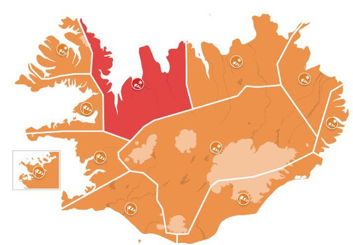 Rauð viðvörun tekur gildi á Norðurlandi vestra og Ströndum klukkan 17 á morgun. Appelsínugular viðvaranir verða í gildi annars staðar á landinu.