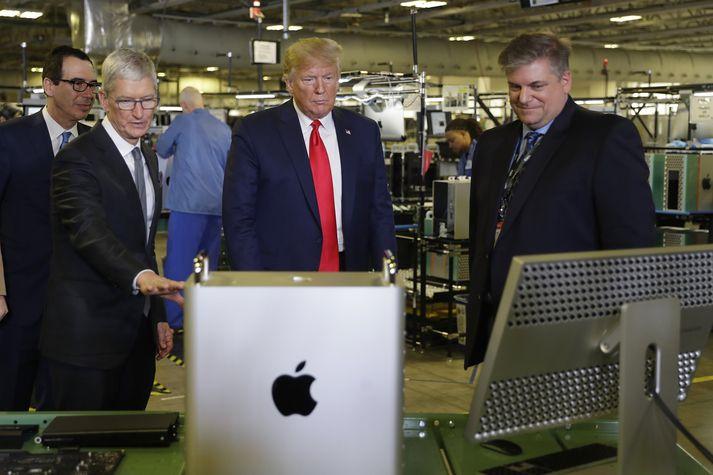 Tim Cook sýnir Donald Trump verksmiðjuna.