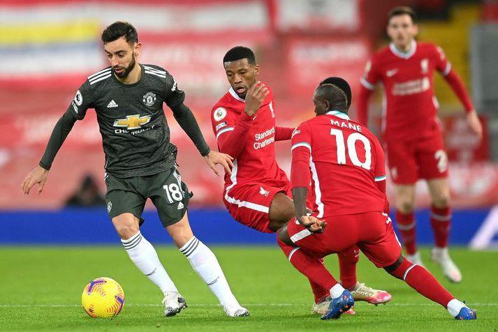 Bruno Fernandes með boltann í leik Manchester United og Liverpool á dögunum en Liverpool mennirnir Georginio Wijnaldum og Sadio Mane eru til varnar.
