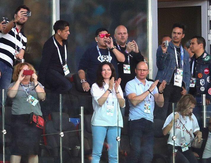 Diego Maradona fylgdist með leik Íslands og Argentínu í Moskvu á HM 2018. Hann var í miklum ham í stúkunni og púaði m.a. sveran vindil þrátt fyrir reykingabann á leikvanginum.