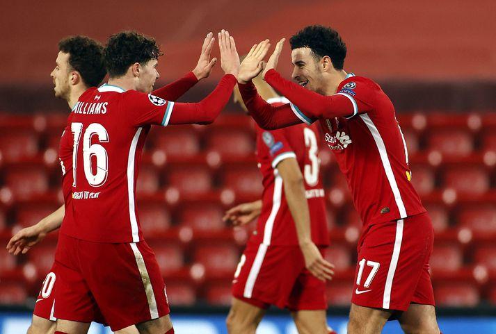 Curtis Jones og Neco Williams fagna marki þess fyrrnefnda sem tryggði Liverpool sigurinn á Anfield í gærkvöld.
