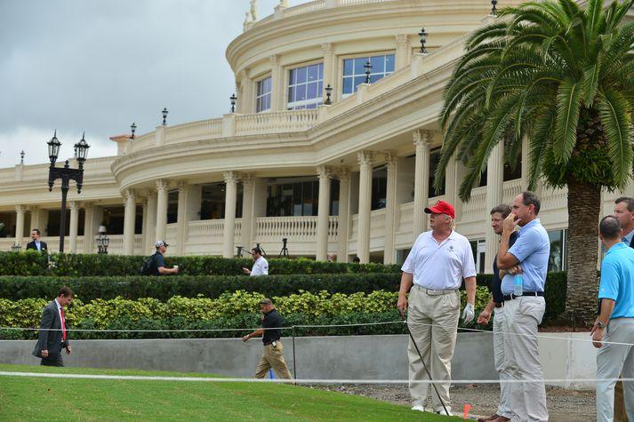 Forseti Bandaríkjanna á teig við glæsilegan golfskála National Doral Miami þar sem fundur G7 ríkjanna fer fram.
