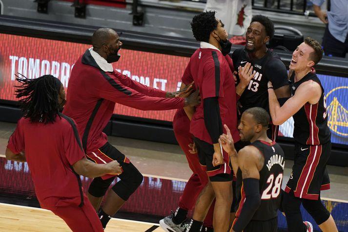 SamherjarBams Adebayo fagna með honum eftir að hann tryggði Miami Heat sigur á Brooklyn Nets í gær.