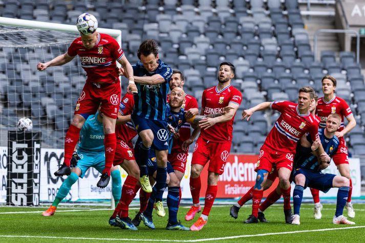 Kolbeinn Sigþórsson skallar boltann frá marki í leik með IFK Gautaborg.