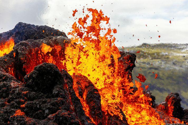 Opnað verður fyrir umferð að gosstöðvunum kl. 6 í fyrramálið, að óbreyttu.