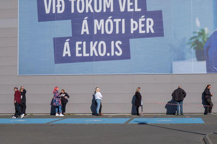 Beðið í röð með tvo metra á milli fyrir utan Elko í samkomubanninu í apríl.