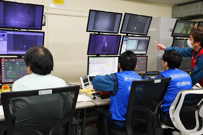 Vinnuvélum sem fjarlægja eldsneytishylkin er fjarstýrt frá skrifstofu TEPCO, eiganda kjarnorkuversins.