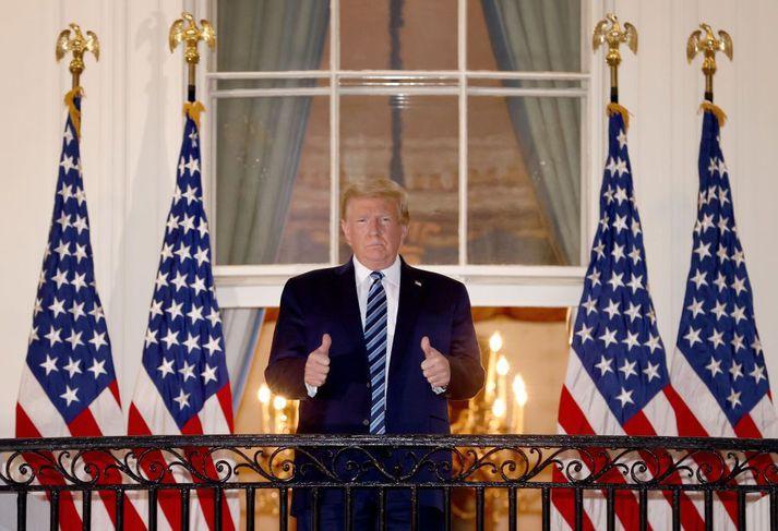 Trump með báða þumla á lofti á svölum Hvíta hússins eftir útskrift af Walter Reed-sjúkrahúsinu 5. október.
