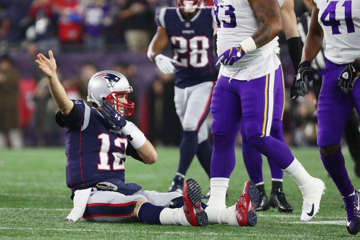 Tom Brady fagnar því að þúsund jardar eru í höfn.