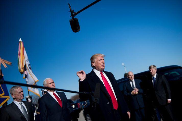 Trump virðist kominn í opið stríð við FBI og dómsmálaráðuneytið vegna Rússarannsóknarinnar.