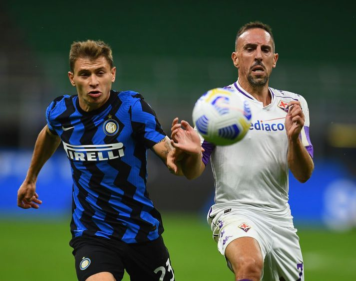 FC Internazionale v ACF Fiorentina - Serie A MILAN, ITALY - SEPTEMBER 26: Nicolo Barella of FC Internazionale competes for the ball with Franck Ribery of ACF Fiorentinaduring the Serie A match between FC Internazionale and ACF Fiorentina at Stadio Giuseppe Meazza on September 26, 2020 in Milan, Italy. (Photo by Claudio Villa - Inter/Inter via Getty Images)