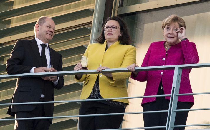 Fjármálaráðherrann þýski Olaf Scholz, Andrea Nahle, leiðtofi þýskra Jafnaðarmanna, og Angela Merkel Þýskalandskanslari.