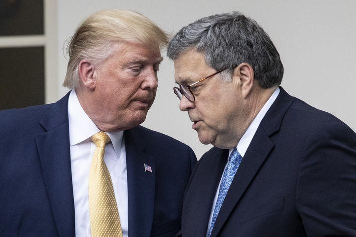Barr (t.h.) hefur verið tryggur Trump forseta. Hann var meðal annars sakaður um að spinna niðurstöðu Mueller-skýrslunnar svonefndu. Hann féllst þó ekki á að gefa Trump forseta hreint sakarvottorð opinberlega vegna Úkraínumálsins nú.